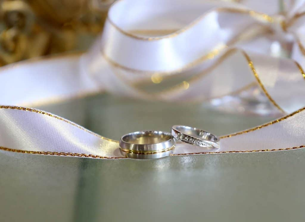 Брачни халки от бяло злато