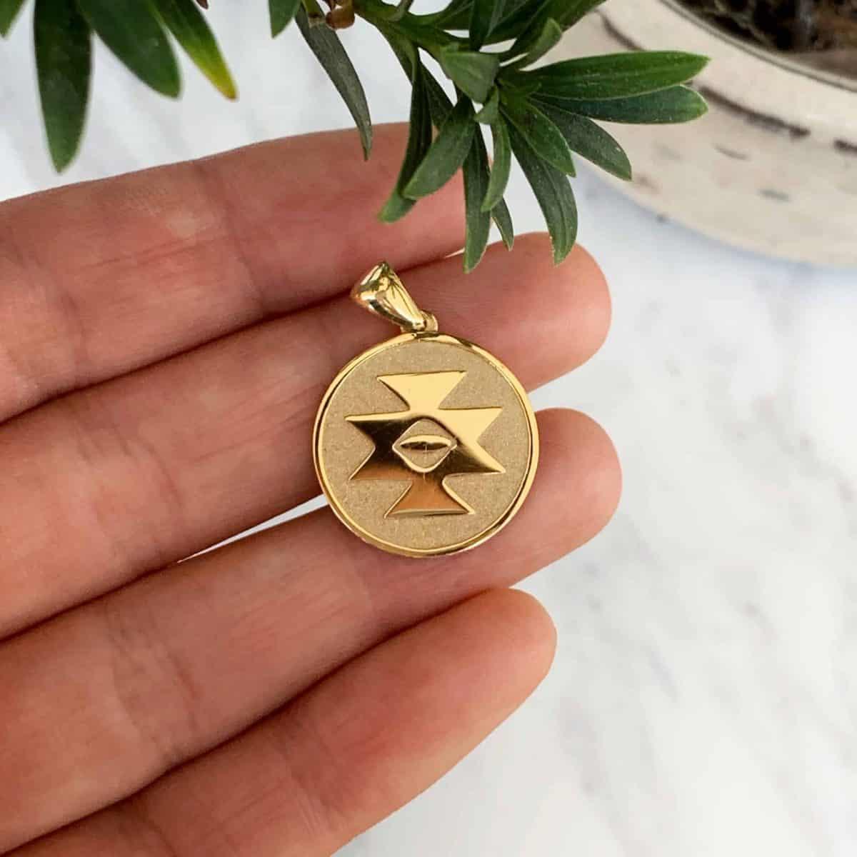Златен двулицев медальон Канатица с диамант от колекцията Ефир Етно.