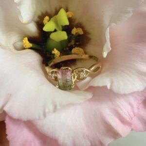 Златен пръстен с динев турмалин от колекцията цветни камъни на Ефир
