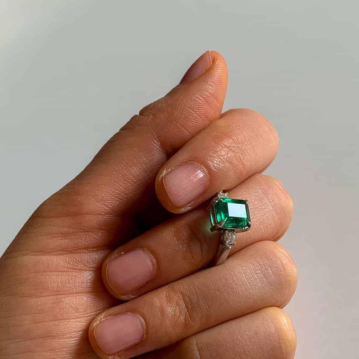 Златен годежен пръстен с изумруд изработен по поъчка от Ефир