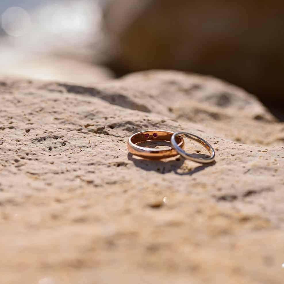 Брачни халки със скрити камъни